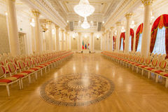 KAZAN, RUSLAND - 16 JANUARI 2017, Stadhuis - luxe en mooie toeristische plaats - gouden balzaal - vlaggen van Royalty-vrije Stock Afbeelding