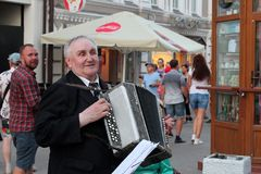 Kazan, Rusland, 26 Juni, 2018: een bejaarde speelt een harmonika op een stadsstraat stock fotografie