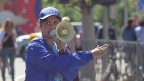 Kazan, Rusland - Juni 16, 2018: Fifa-Wereldbeker - de Vrouwelijke jonge vrijwilliger zegt in spreker stock footage