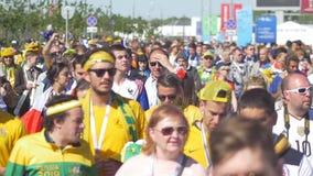 Kazan, Rusland - Juni 16, 2018: Fifa-Wereldbeker - Menigte van voetbalventilators die onderaan de straat lopen stock footage