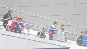 Kazan, Rusland - Juni 16, 2018: Fifa-Wereldbeker - Menigte van voetbalventilators die onderaan de treden gaan stock footage