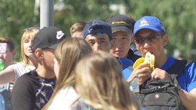 Kazan, Rusland - Juni 16, 2018: Fifa-Wereldbeker - Ventilators op straat het snacking stock videobeelden