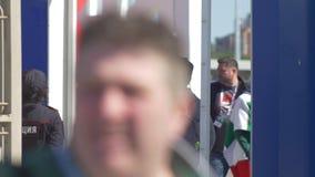 Kazan, Rusland - Juni 16, 2018: Fifa-Wereldbeker - Voetbalventilators op de metaaldetector die worden geïnspecteerd stock video
