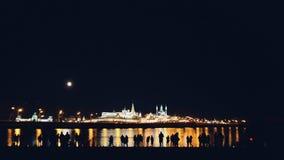 Kazan, Rusland, 12 kan 2017 - Kazan het Kremlin met bezinning in rivier bij nacht met silhouetten van mensen Royalty-vrije Stock Afbeeldingen