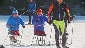 KAZAN, RUSLAND - Maart, 2018: langzame motie van skiërs het gehandicapte deelnemen aan het de winter ski-ras, skiër het overgaan stock video