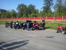 KAZAN, RUSLAND - MEI 19, 2012: De openluchtfiets toont in de stad een tentoonstelling van sporten en klassieke motorfietsen, dive Stock Foto