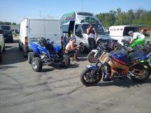 KAZAN, RUSLAND - MEI 19, 2012: De openluchtfiets toont in de stad een tentoonstelling van sporten en klassieke motorfietsen, dive Stock Afbeelding