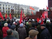 Kazan, Rusland - November 7, 2009: Communistische partijdemonstratie De mensen luisteren aan de leider dichtbij het monument van  Royalty-vrije Stock Fotografie