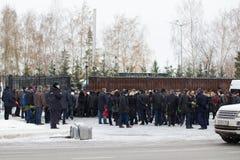 Kazan, Rusland, 17 november 2016, de formele verwanten van de gebeurtenisvergadering verpletterde in de vliegtuigneerstorting in  Stock Foto