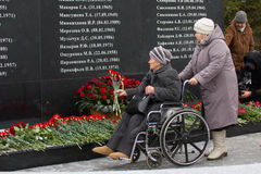 Kazan, Rusland, 17 november 2016, verwanten van de slachtoffers verpletterde in de vliegtuigneerstorting in internationale Luchth Stock Afbeeldingen