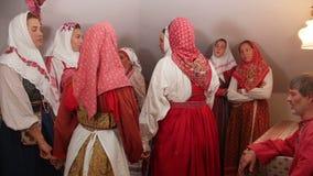 Kazan, Russia - 29 agosto 2017: Giovani donne in costume nazionale - l'insieme piega russo esegue il ballo e la canzone stock footage