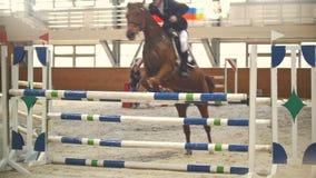 Kazan, Russia - 25 aprile 2018: Campionato equestre - giovane cavaliere maschio che esegue sul cavallo sopra la transenna video d archivio