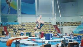 KAZAN, RUSSIA - 19 APRILE 2018: Campionato Tutto russo di ginnastica - la giovane donna flessibile esegue una volta stock footage