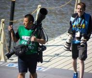 Kazan, Russia, il 3 agosto 2015, FINA - alta concorrenza di immersione subacquea: i fotografi di sport porta molta attrezzatura Fotografia Stock
