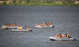 Kazan, Russia, il 3 agosto 2015, FINA - alta concorrenza di immersione subacquea: il fiume Volga - fotografi di sport che passano Immagine Stock Libera da Diritti