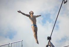 Kazan, Russia, il 3 agosto 2015, FINA - alta concorrenza di immersione subacquea, saltare giù dell'uomo Fotografia Stock