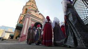 Kazan, Russia, il 19 luglio 2017, insieme di folclore in costumi nazionali russi visita la chiesa ortodossa stock footage