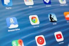 KAZAN, RUSSIA - 3 LUGLIO 2018: IPad di Apple con le icone dei media sociali Google Chrome nel centro fotografia stock