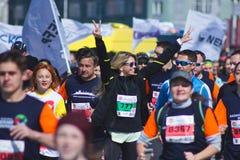 KAZAN, RUSSIA - 15 MAGGIO 2016: Maratona - funzionamenti russi popolari di Vera Brejneva del pop star con altri corridori Fotografia Stock