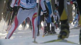 Kazan, Russia - marzo 2018: grande corsa di sci professionale del movimento lento con molti partecipanti archivi video