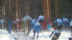 Kazan, Russia - marzo 2018: grande corsa di sci professionale del movimento lento con molti partecipanti stock footage