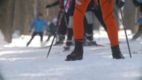 KAZAN, RUSSIA - marzo 2018: grande corsa di sci professionale del movimento lento con molti partecipanti, fuoco sugli atleti stock footage