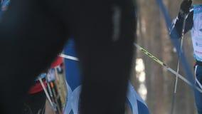 KAZAN, RUSSIA - marzo 2018: grande gruppo di partecipanti al funzionamento della corsa di sci nel legno stock footage