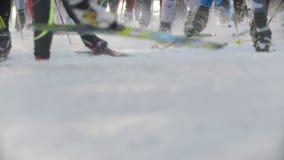 Kazan, Russia - marzo 2018: inizio della corsa di sci, del primo piano degli sci e delle gambe di tantissimi partecipanti video d archivio