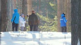 KAZAN, RUSSIA - marzo 2018: partecipanti maschii di funzionamento veloce maratona dello sci di inverno dopo gli alberi, volontari archivi video