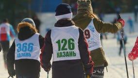 KAZAN, RUSSIA - MARZO 2018: Parti posteriori dei partecipanti dei bambini sulla maratona dello sci stock footage