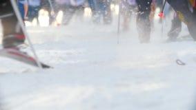 Kazan, Russia - marzo 2018: primo piano dei piedi professionali del ` degli sciatori, il volo del movimento lento della neve da s archivi video