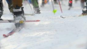 Kazan, Russia - marzo 2018: primo piano di tantissimi partecipanti alla corsa di sci, fuoco sui piedi archivi video