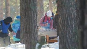 KAZAN, RUSSIA - marzo 2018: volontari che versano le bevande calde per i partecipanti della maratona dello sci di inverno video d archivio