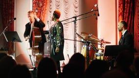 Kazan, Russia 30-03-2019: Un concerto di jazz nel corridoio Cantante afroamericano della donna sulla fase con il resto del stock footage