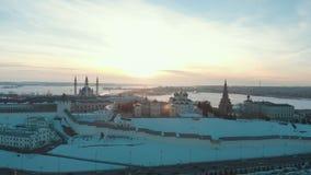Kazan, Russia 16-03-2019: Vista panoramica del Cremlino di Kazan all'inverno Neve sulla terra Siluetta dell'uomo Cowering di affa archivi video