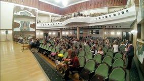 Kazan, Russie - 14 avril 2017 - salle de concert état de Saydashev grand - les spectateurs entrent dans l'assistance, ont pris le banque de vidéos