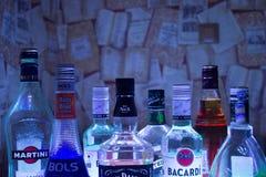 Kazan, Russie 25 02 2017 : Bouteilles d'abondance de boissons d'alcool dans une rangée Images libres de droits