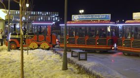 KAZAN, RUSSIE - JANVIER 2018 : la locomotive à vapeur du ` s d'enfants sur la rue du ` s de nouvelle année roule des enfants clips vidéos