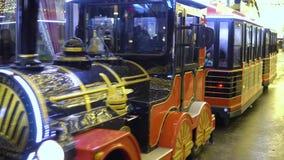 KAZAN, RUSSIE - JANVIER 2018 : la locomotive à vapeur du ` s d'enfants sur la rue du ` s de nouvelle année roule des enfants banque de vidéos