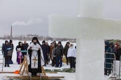 KAZAN, RUSSIE - 19 JANVIER 2017 : Vacances de baptême du ` s de Jesus Christ sur la rivière de kazanka Hiver traditionnel se baig Images libres de droits