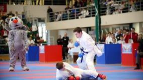 Kazan, Russie, le 8 avril 2017, palais de ` simple Ak de combats barre la concurrence WKF - combat de karaté d'enfants de ` du `  banque de vidéos