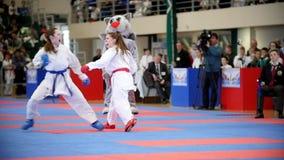 Kazan, Russie, le 8 avril 2017, palais de ` simple Ak de combats barre la concurrence WKF - combat de karaté d'enfants de ` du `  clips vidéos
