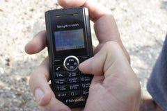 Kazan, Russie, le 13 septembre 2009, vieux téléphone portable Sony Ericsson dans la main Images stock