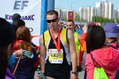KAZAN, RUSSIE - 15 MAI 2016 : marathoniens à la ligne d'arrivée après 42 0,85 kilomètres Photographie stock libre de droits