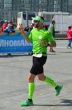 KAZAN, RUSSIE - 15 MAI 2016 : marathoniens à la ligne d'arrivée après 42 0,85 kilomètres Photos stock