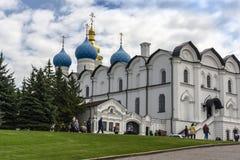 Kazan Ryssland - Augusti 9, 2018: Den härliga vit-stenen förklaringdomkyrkan av den Kazan Kreml är den första ortodoxa kyrkan arkivfoto