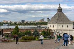 Kazan Ryssland - Augusti 9, 2018: Sikt av det Tainitskaya tornet på ingången till den Kazan Kreml med turister mot backgen royaltyfri bild