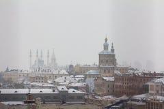 KAZAN RYSSLAND - DECEMBER 11, 2016: mitt av Kazan - gammal ortodox kyrka, kremlin, moské Kull Shariff Vintersnödag Arkivbilder