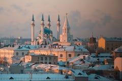 KAZAN RYSSLAND - DECEMBER 11, 2016: mitt av staden - kremlin, moské Kull Shariff Vintersolnedgång, telephoto Arkivfoto