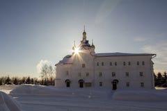 Kazan Ryssland, 9 februari 2017, Zilant kloster - vit kristen kyrka på den vinter fryste soliga dagen, religionbegrepp arkivfoto